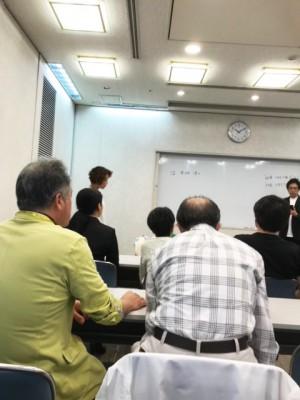 ちょっと?小さくなってしまいましたが、西依先生が講義の前に温雪楓先生の略歴をお伝えしているところ